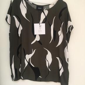 Ny bluse med korte ærmer fra Object. Stadig med prismærke.