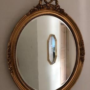 Et af de store og smukke antikke guldspejle. Desværre med lidt slør i glasset, som de meget gamle spejle ofte har. Prisen er sat derefter.  Højde 74cm Bredde 58cm