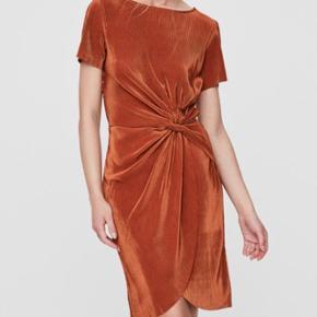 Kobberfarvet kjole med knudedetalje fra Vero Moda i str. S. Brugt én gang.