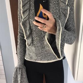 Super fin H&M trend ruffle trøje i grå melange.  Str 32. Prøvet på men aldrig brugt. Bytter ikke. Nypris 449kr . Bytter ikke...