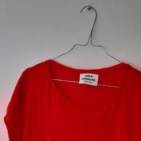 Rød t-shirt fra Mads Nørgaard, helt rød - ser mere neon ud på billedet. Fin stand
