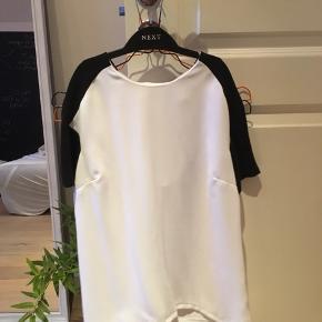 Super fin, sort og hvid T-shirt fra Topshop. Aldrig brugt.