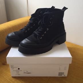 Canvas lace up boots sælges . Aldrig brugt i original æske I butikken nu.