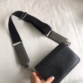 Tasken er brugt, men har ikke slidtage.