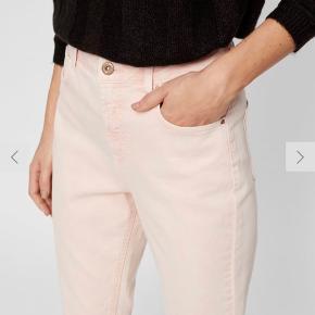 Ankellange højtaljede mom jeans fra Pieces (ny kollektion).   Små i størrelsen.   MÅL  Livvidde: 78 cm.  Længde: 101 cm.   Brugt en enkelt gang, fremstår som nye. Vaskemærket indeni er klippet af, da det generede.