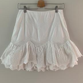 Smukkeste broderi anglaise nederdel str 36  Har foer og skjult lynlås  Kun vasket aldrig brugt   Den er så smuk og sælger kun da jeg har taget på og ikke kan komme i den   Ts eller mp
