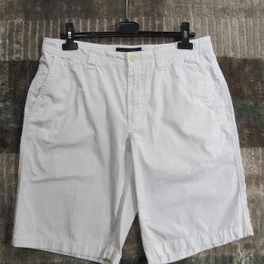 """Varetype: Nye shorts Størrelse: 33"""" / m/  88cm Farve: Hvid Oprindelig købspris: 599 kr.  Skønne shorts i dejlig ren bomuld, str. 33 tommer eller 88 cm i livvidde.Porto er sendt som pakke uden omdeling med DAO. Tryk køb nu for let handel!"""