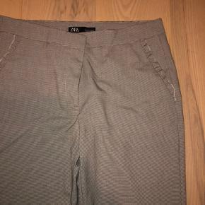 Sælger mine ZARA bukser som kun lige er prøvet på, de er dsv for store til mig og bliver derfor nødt til at sælge dem. Det er habitbukser med tern og har detaljer ved begge lommer foran.