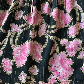 Fin fin kjole fra Lollys mangler nyt klædeskab, da den aldrig bliver luftet 🌸🌸 kjolen har det smukkeste print med fine guldtråde 🌸