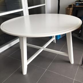 Sofabord fra ikea, kragsta. Kun brugt i en måned, 2 små skrammer (se billeder) ellers er det fejlfrit. Diameter på 90cm. Nypris 600kr. Prisen er ikke til forhandling ☺️