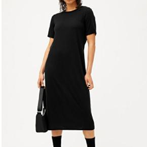 Mørkegrå kjole fra Weekday. Sidder super flot. Midi-længde. Str. S. Også god med en strik ude over
