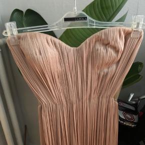 Smukkeste kjole fra Maria Lucia Hohan. Denne kjole har Kristen Cavallari haft på på den røde løber i lime. Så utrolig smuk, men mange detaljer der viser at det er godt håndværk og en luksus item.  Har et lille hul ved lynlåsen der kan sys hos en skrædder  Nypris ca 10.000kr