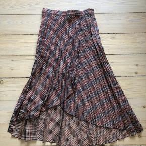 Fin plisseret nederdel fra H&M i tern med beige, blå og orange 💃🏼   Lynlås i siden, men har snit som en slå-om-nederdel.   Kun brugt den ene gang på billedet.   Byd 🌸  Afhentes på Nørrebro eller sendes via trendsales på købers regning. Bytter ikke.
