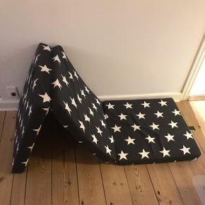 Jeg har to af disse foldemadrasser, sorte med hvide stjerner. De måler ca. 190*63 når udfoldet.  Prisen er pr. stk., men hvis du vil have begge, finder vi en god pris :)