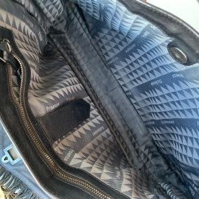 Sælger denne fine proenza schouler PS11 taske. Det er den store model, hvor der er plads til en computer. Dustbag og pricetag medfølger. Kvittering haves ikke.    • Sender ikke flere billeder  • Prisen er eks. porto  • Kan hentes i Aarhus c  • Bruger normalt xs/34