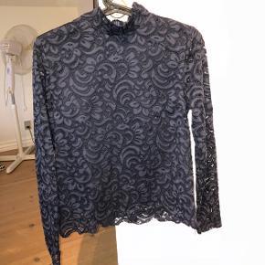 Navy trøje fra Secondat Female Nypris 800 kr.  Str. Xs  Køber betaler fragt BYD
