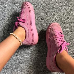 • Rihanna kollektion puma med tyk hæl • Skoene har ingen skader UDOVER, at farven er falmet  • Mængderabat gives, så tjek min side💕  • Sender gerne på købers regning🤍
