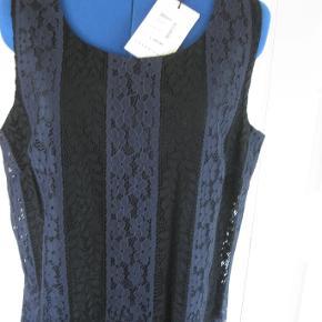 Varetype: Sød festkjole Farve: sort Oprindelig købspris: 1199 kr.  Sød kjole måske festkjole