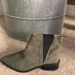 Sælger disse super fede kaki chelsea boots fra NLY shoes.  Aldrig brugt, stadig med mærket på.  Str. 37, true to size Hæl måler 3,5 cm  Foretrækker at mødes og handle i København K men kan også sendes med Dao - pris kommer oveni :)
