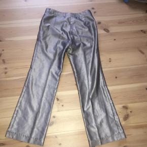 Flotte sølv bukser fra genbrug.  God kvalitet og har ingen mærker af slid. Tror størrelsen svarer til en 34-36-38