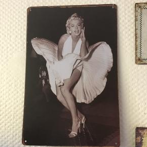 Flot retro metalskilt med motiv af Marilyn Monroe. perfekt stand, ingen brugsspor.