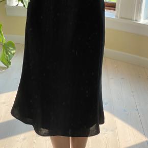 """Sælger denne vintage nederdel fra mærket """"ril's"""", den er i en 36 men jeg ville mener 36-34. Der er en sort lynlås i siden.  Der står det er 100% polyester."""