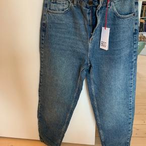 BDG jeans i str. 29/28 (for cropped look - jeg er 164). Aldrig brugt.
