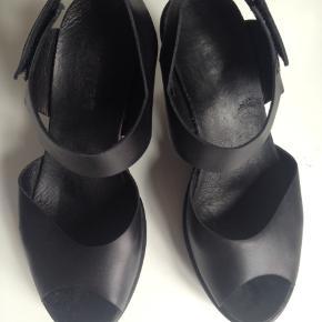 Lækre sandaler i blød læder fra Mentor. I  god stand og meget behagelige at gå i. Hælhøjde: 10 cm. Fragt: 40 kr.