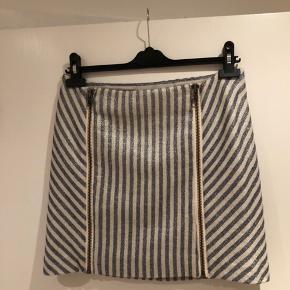 Nederdel, lyseblå og hvid, mærke er Custommade. Str: S.