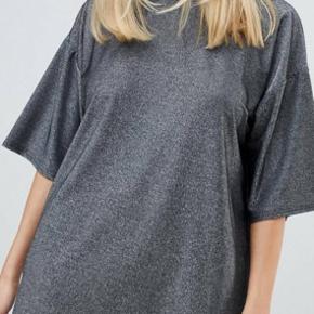 Oversize t-shirt kjole str. 34 (passes også af 36)  Sælges da jeg ikke har eller får den brugt. Aldrig vasket eller brugt, dog er mærket taget af. Købt for et par måneder tilbage   Giv gerne (realistisk) bud 🙏🏼   Kan mødes i København ved handel eller sende via. DAO