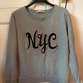 Sælger denne flotte sweater fra Sofie Schnoor! Den er i super god stand og har ingen tegn på slid! BYD!