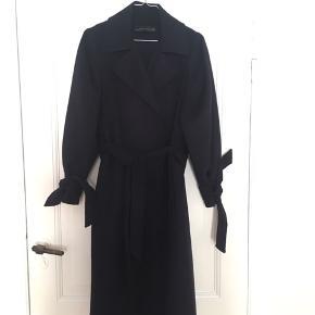 Den smukke håndsyede frakke i uld sælges, da jeg desværre ikke får den brugt.   Nypris: 1000 kr.