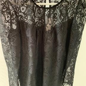 Sort kjole fra Vila str L.  Brystmål 52 cm x 2  Taljemål  52 cm x 2  Længde 93 cm  100 % polyester