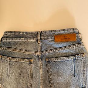 """Fedeste """"mom jeans"""" fra Won Hundred. Modellen hedder """"Pearl Blue"""" og er i str. 25, som kan passes af alt fra XS-M.  De er i perfekt stand og sælges udelukkende, fordi de ikke længere passer 👖🌞 Byd ✌🏽"""