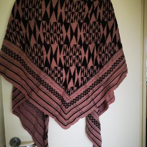 Lækkert tørklæde fra Noa Noa, der er uld i