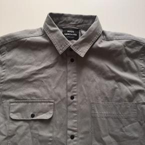 Skjorte i tykt stof af god kvalitet. Nypris 950. Aldrig brugt
