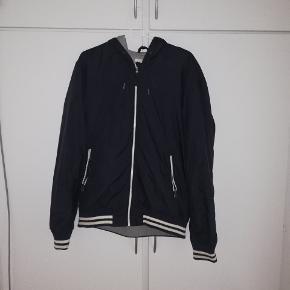 Rigtig fin jakke fra H&M. Str L Brugt, men ingen skader. 50 kr, eller BYD 😁