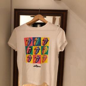 The Rolling Stones t-shirt fra Mango i str. S. Har været brugt meget få gange og fremstår derfor næsten som ny