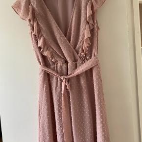 Kjole med elastik i taljen og aftageligt bånd  Køber betaler porto eller kan hentes i Lyngby