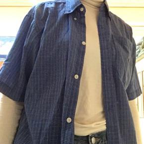 Vintage Mørkeblå ternet skjorte. Jeg er ikke sikker autenciteten af skjorten da der på mærkatet ikke står polo by Ralph lauren, men kun polo. Ralph Lauren logoet er broderet på en lomme foran