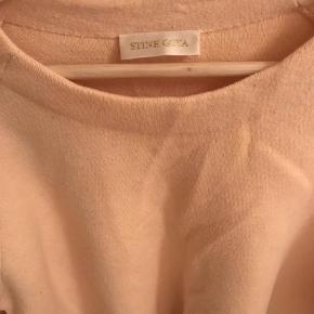 Varetype: Pullover Farve: Fersken Oprindelig købspris: 1600 kr. Prisen angivet er inklusiv forsendelse.  Stine Goya Flora peach pullover. Str XS/S. Let oversize. Bytter ikke