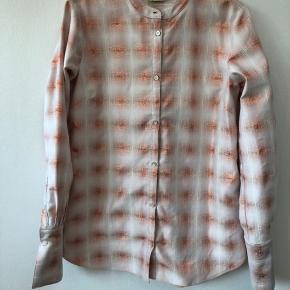 Heartmade Malou 418-995 er min virkelig fine skjorte, som jeg aldrig har brugt. Den er hvid med kobbertråde og er normal i størrelse. Ny pris for skjorten var 2499kr Skriv endelig, hvis I ønsker mere information😍