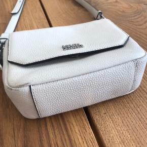 Karl Lagerfeld crossbody, brugt og har brugstegn (se billedet af tasken åben og af bunden). Ellers stadig i meget fin stand :-)  Dustbag medfølger.