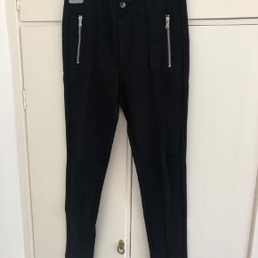 Leggings buks fra Zara, de har sølv detaljer foran og er med elastik i taljen.