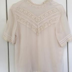 Flot creme-farvet bluse med flotte blonde-detaljer.