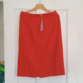 Lækker nederdel fra Ivy&Oak. Str. 42, i farven pumpkin red (Jeg vil nok kalde den orange). Har aldrig været brugt og er stadig med tags. Er desværre blevet snavset af at have ligget gemt (billede 2), derfor den billige pris.
