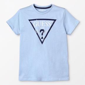 Hejjj sælger denne her GUESS T-shirt da jeg aldrig for den brugt købte den til 250 så du ka få den for 200 da jeg har brugt den bogstavelig 2 gane aha