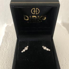 Speciallavede ørestikker i hvidguld med ialt 8 brillanter - 0,24 carat  Lavet hos Dirks Design  Har certifikat og kvittering
