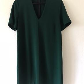 Flot mørkegrøn kjole fra Zara ned dyb halsudskæring.  Perfekt stand.