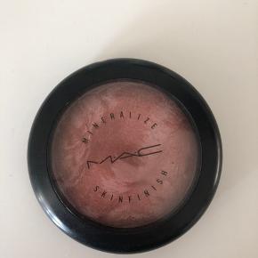 MAC Mineralize Skinfinish i farven LUST Nypris ca. 250 kr  📦Kan sendes med DAO eller Post Nord (sender som regel samme dag, ellers næste dag) 📍eller afhent i Ishøj  📲 betal med MobilePay